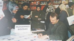 Muhammed Bozdağ ilk kitabını imzalarken...