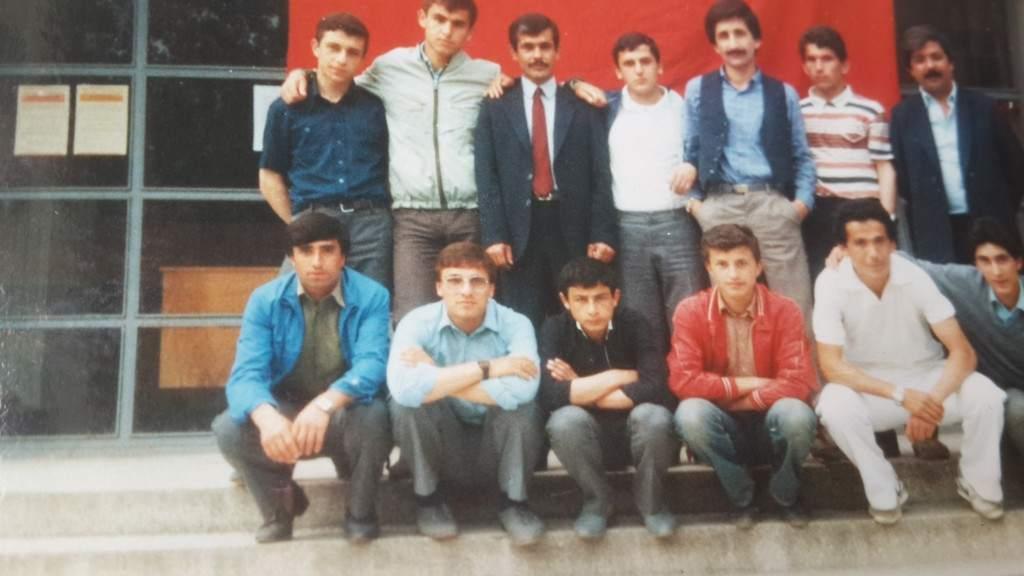Muhammed Bozdağ öğretmen ve sınıf arkadaşlarışlarıyla lise önünde